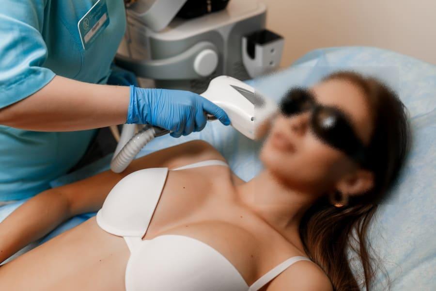 Kobieta w trakcie zabiegu depilacji twarzy.