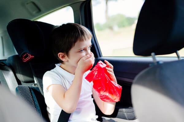 chłopiec z czerwonym workiem choroba lokomocyjna