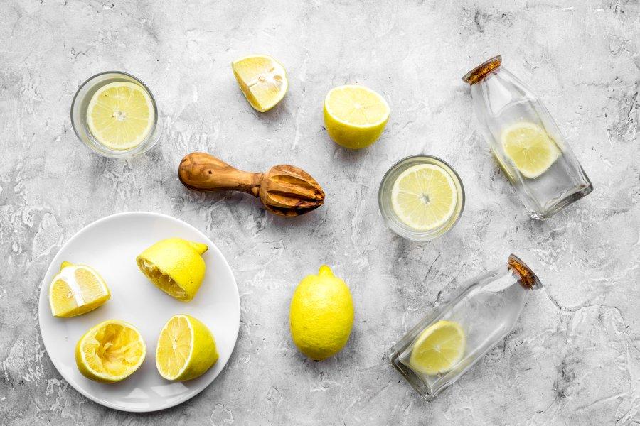 Czy warto pić wodę z cytryną?