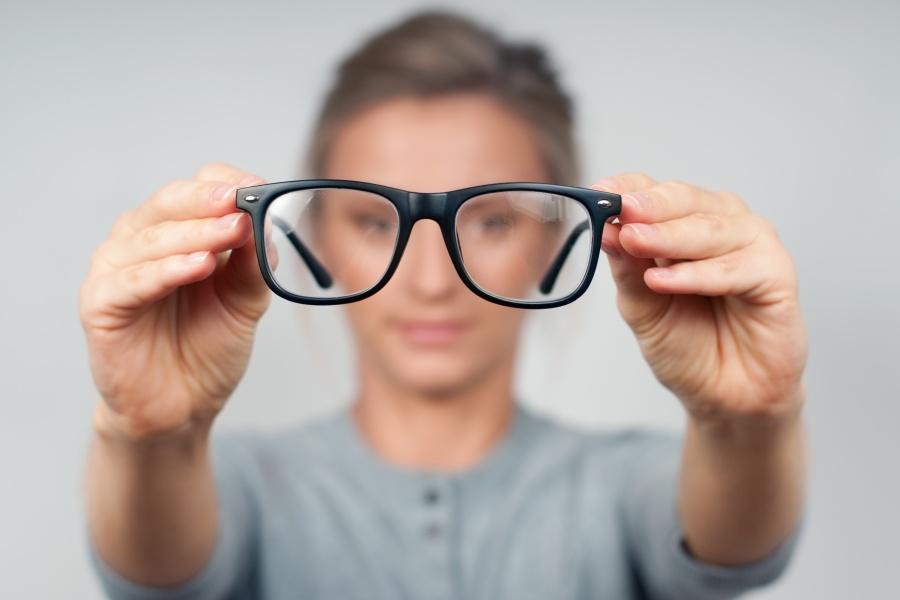 Czym jest astygmatyzm? Jak leczy się tę wadę wzroku?