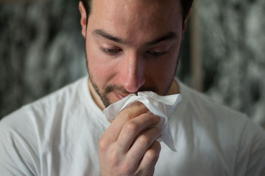 dorosły meżczyzna alergia