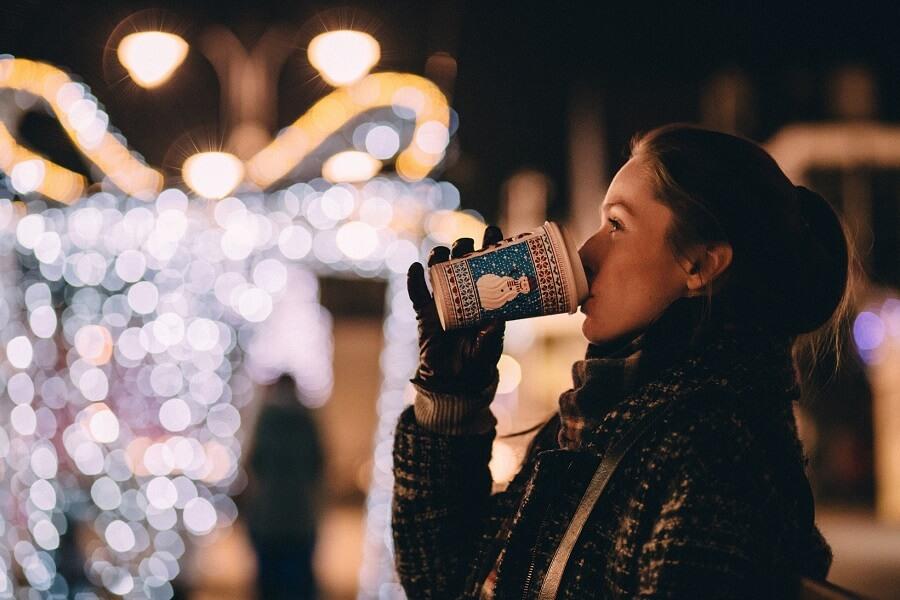 dziewczyna pije kawę na dworze w zimie