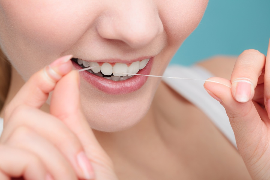 Jak czyścić zęby nicią dentystyczną? KtoMaLek.pl