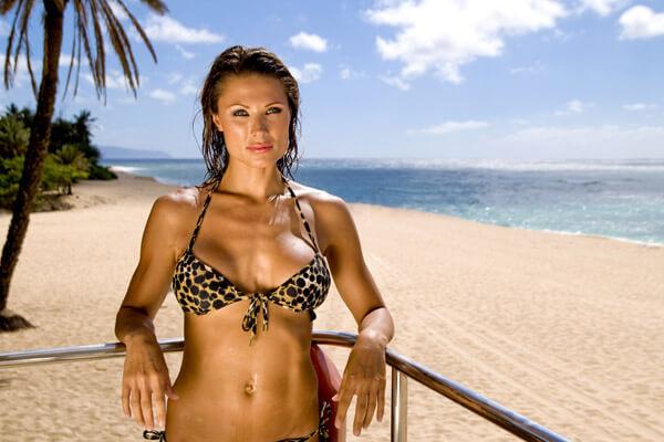opalona kobieta na plaży