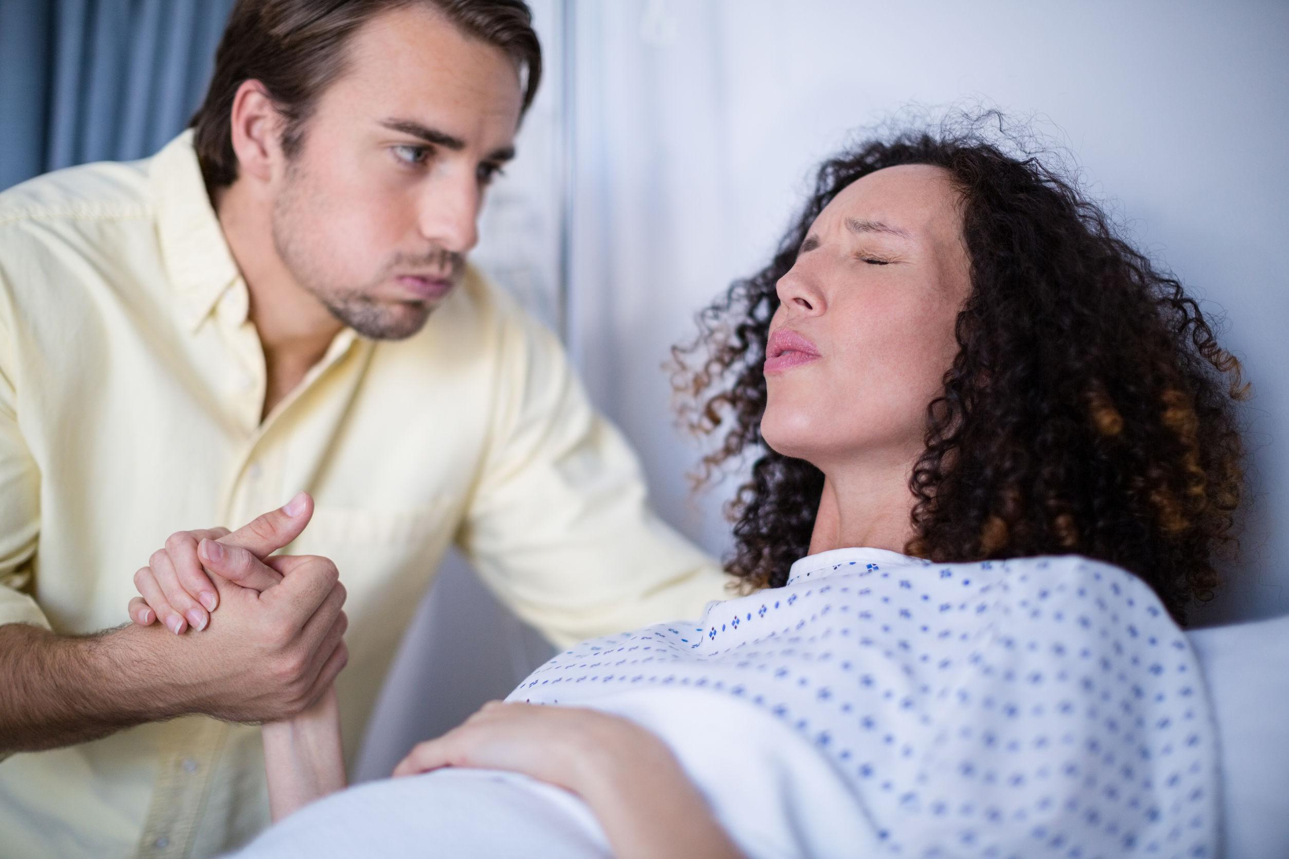 kobieta i mężczyzna w trakcie porodu