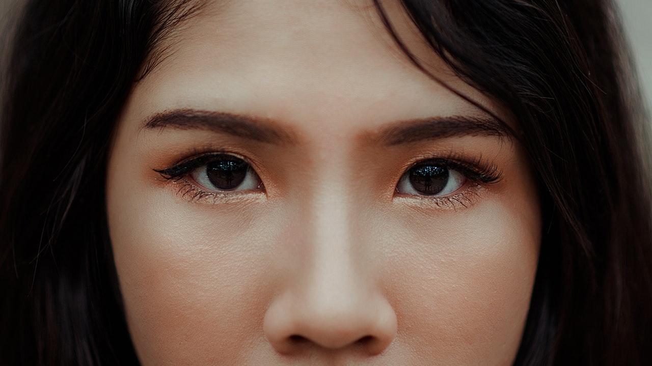 kobieta nos oczy