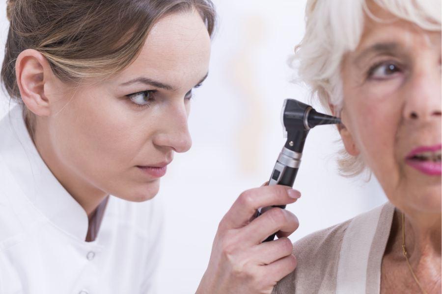 kobieta starsza niedosłuch lekarz