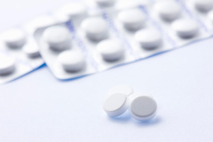 Blister leku i tabletki na białym tle.