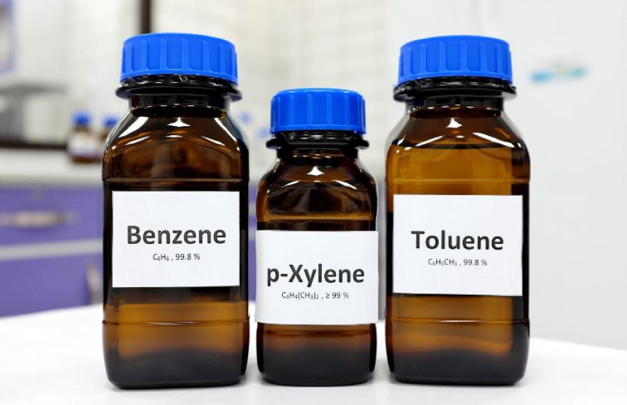 Związki chemiczne w opisanych butelkach z brązowego szkła.