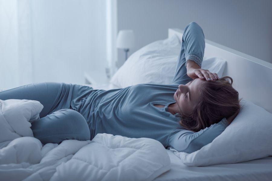 Nocne poty – przyczyny, objawy, leczenie