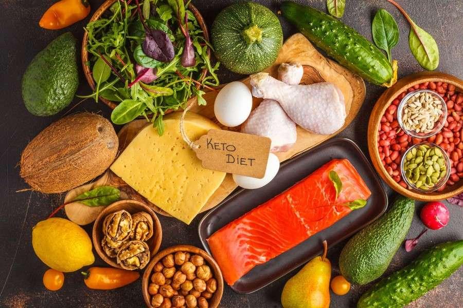 Orzechy, nasiona, sery, jaja, warzywa i owoce dozwolone na diecie ketogennej.