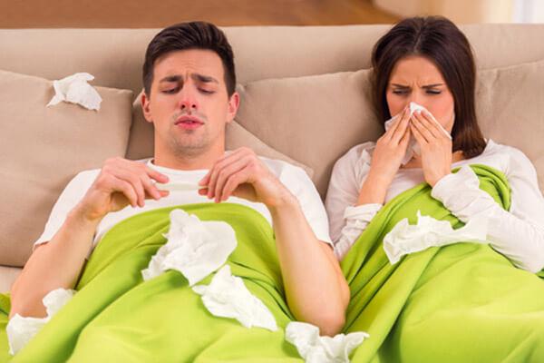przeziębienie, katar, chusteczki, para w łóżku