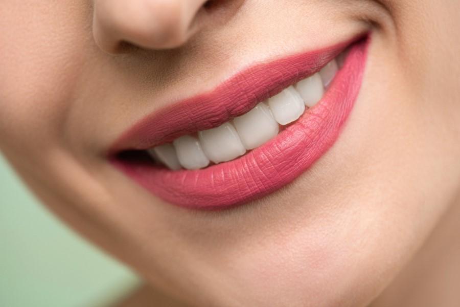 Zbliżenie na uśmiechnięte usta kobiety.