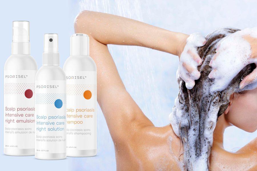 Kobieta myje włosy pod prysznicem. Obok prezentacja produktów do pielęgnacji włosów Psorisel.