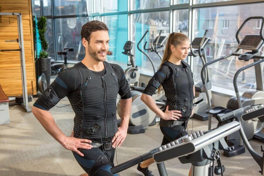 Kobieta i mężczyzna na siłowni, w trakcie treningu EMS.
