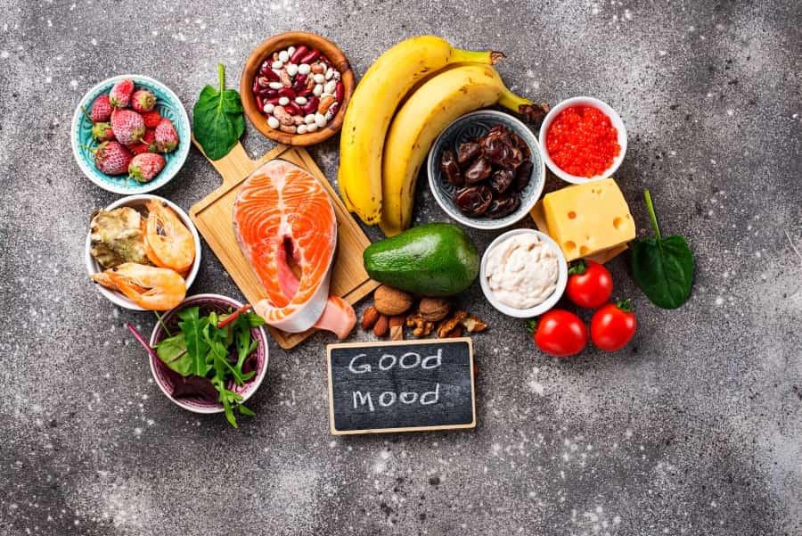 Owoce, warzywa, orzechy, ryby i owoce morza, sery na szarym tle.
