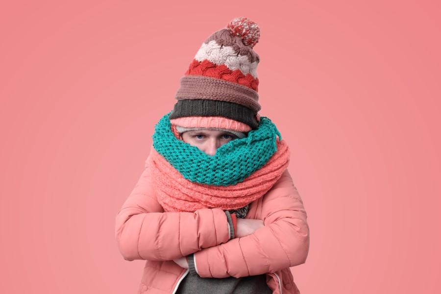 Mężczyzna ubrany jest w wiele warstw ciepłej odzieży. Jest mu zimno z powodu choroby tarczycy.