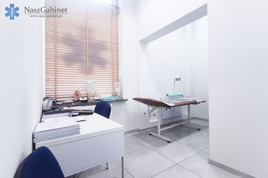 Zdjęcie gabinetu lekarskiego z logotypem Nasz Gabinet.
