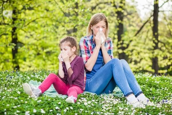 dwie kobiety na łące z alergią