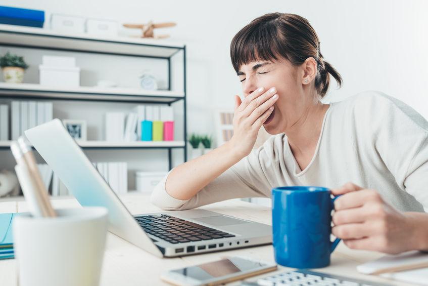 ziewająca kobieta kawa komputer