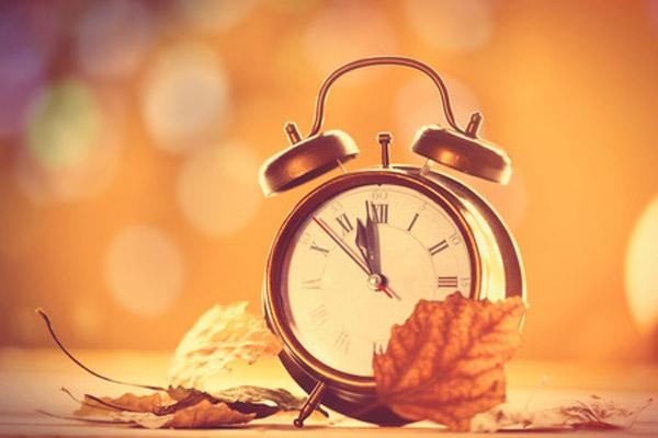 zmiana czasu zegar i jesienne liście